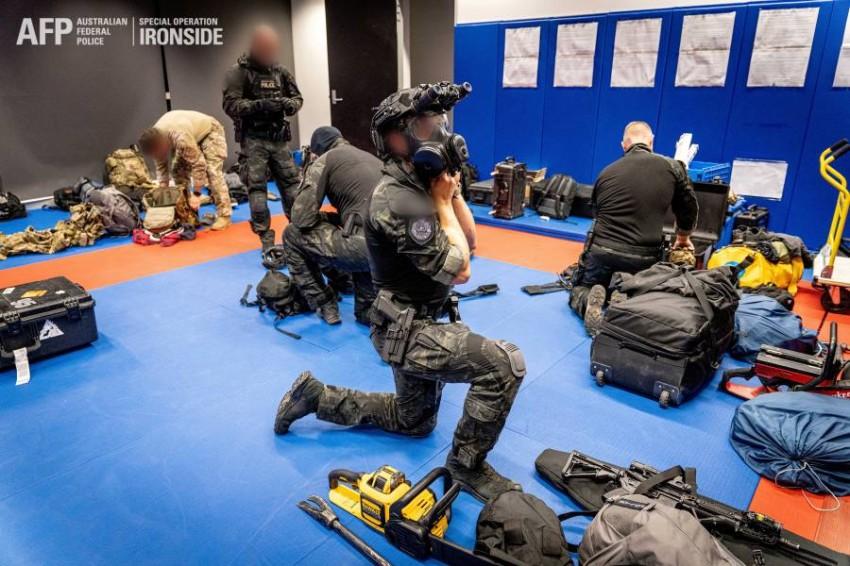الشرطة الأسترالية تعتقل أحد أفراد العصابات.(رويترز)