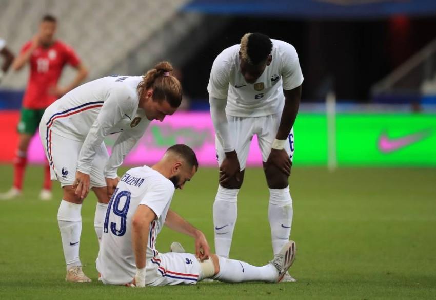 بنزيمة على الأرض خلال مباراة فرنسا أمام بلغاريا. (إ ب أ)