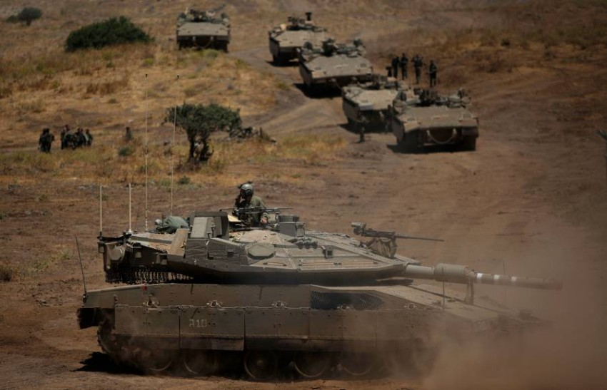 دبابات إسرائيلية في المنطقة الحدودية. (أ ف ب)