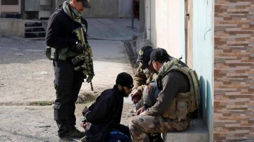 قوات أمن عراقية تعتقل أحد عناصر داعش. (رويترز - أرشيفية)