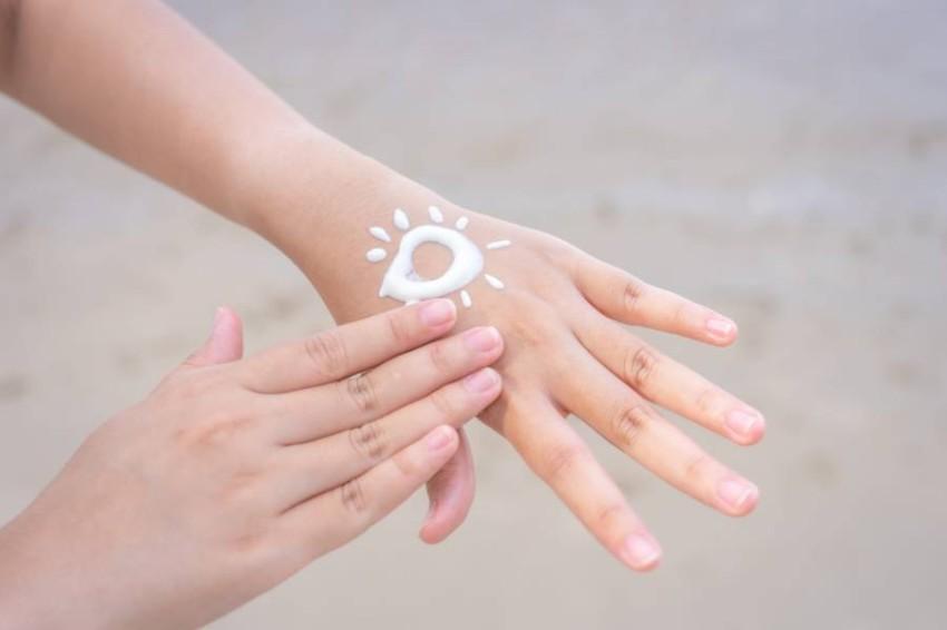 معرفة الفرق بين واقيات الشمس المعدنية والكيميائية.