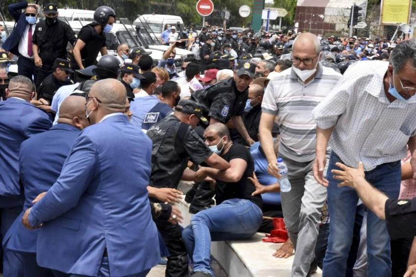 التجاذبات السياسية والأوضاع المعيشية تثير احتجاجات أسبوعية في تونس.(أب)