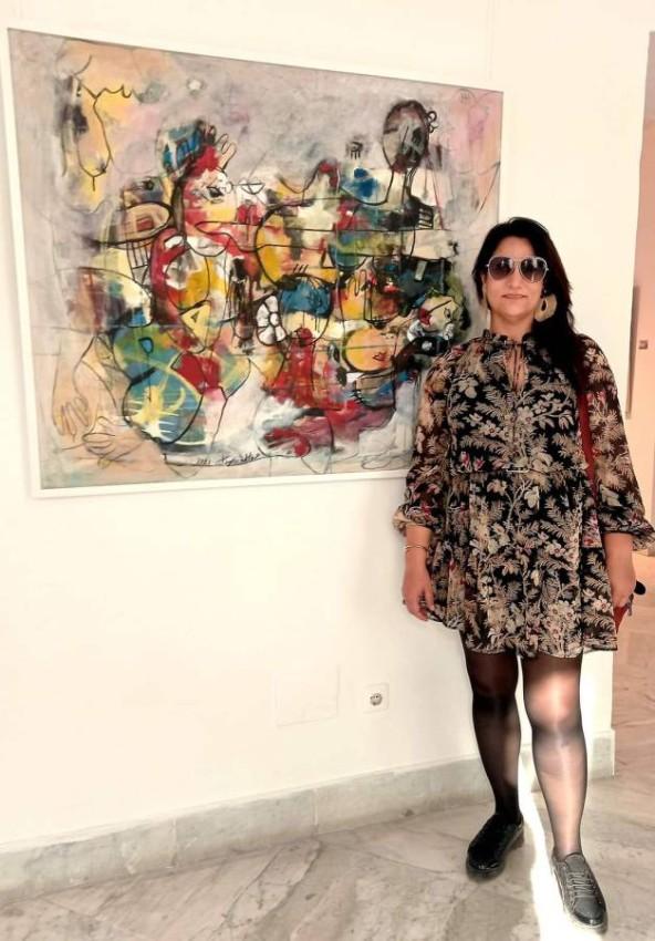 هاجر ريدان مع لوحتها زهرات الأمل