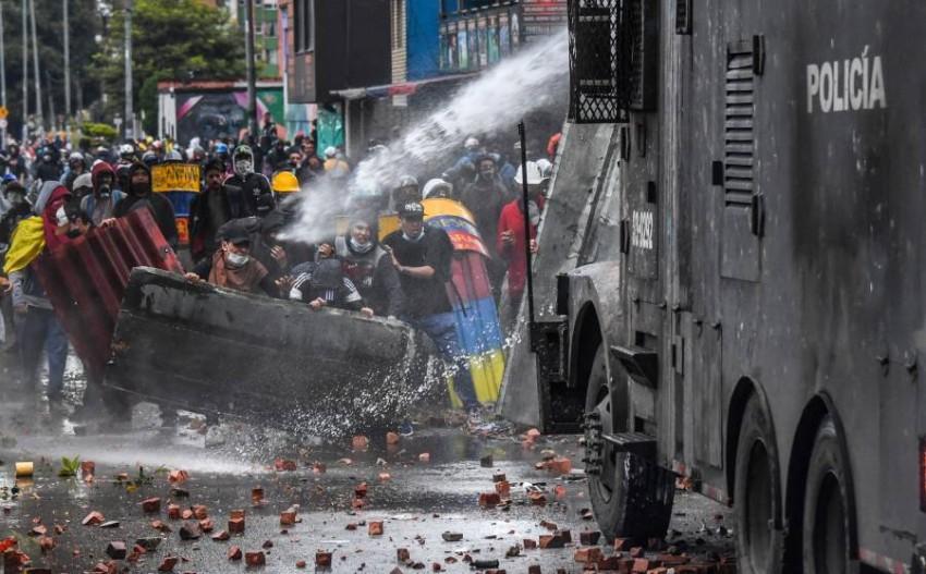 الشرطة تتصدى للمتظاهرين. (أ ف ب)