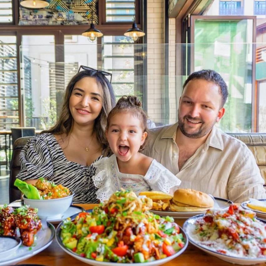 العائلات في مطعم Black Tap Dubai
