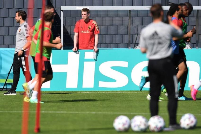 دي بروين متابعاً تدريبات بلجيكا أخيراً. (أ ف ب)