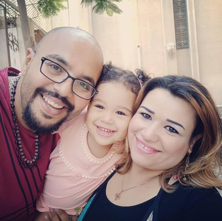 الطفلة مع والداها