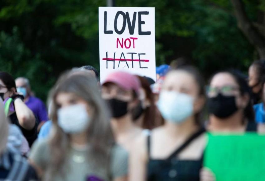 «الحب لا الكراهية».. مشاركون في المسيرة السلمية. (أ ف ب)