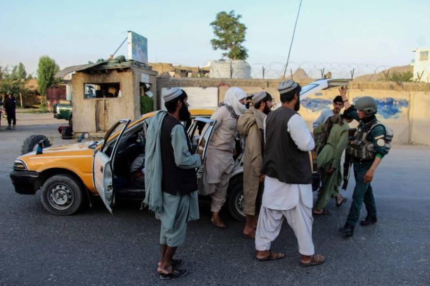 قوات أمن أفغانية توقف عناصر تابعة لطالبان عند أحد نقاط التفتيش. (إي بي أيه)