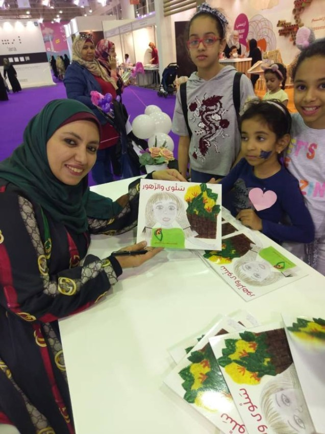 رسماً وكتابة وصناعة دمى تقدم نيروز كل ما تستطيع لتعليم الأطفال
