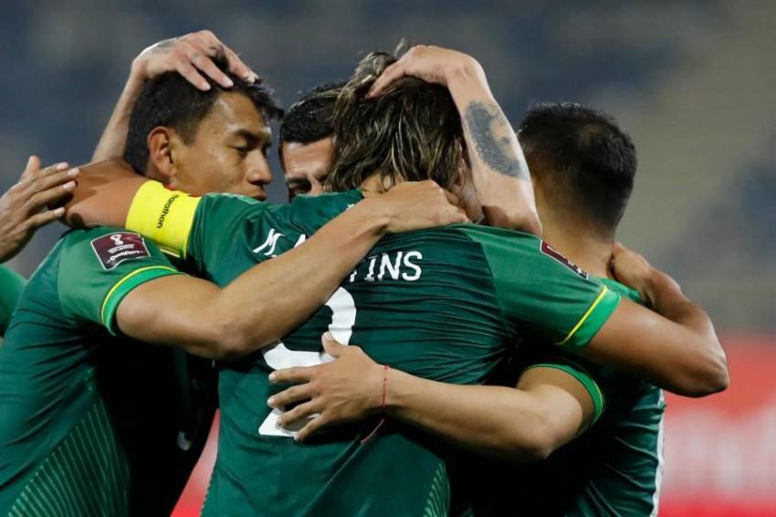 لاعبو بوليفيا وفرحة بهدف في مرمى تشيلي في التصفيات مؤخراً. (أ ف ب)