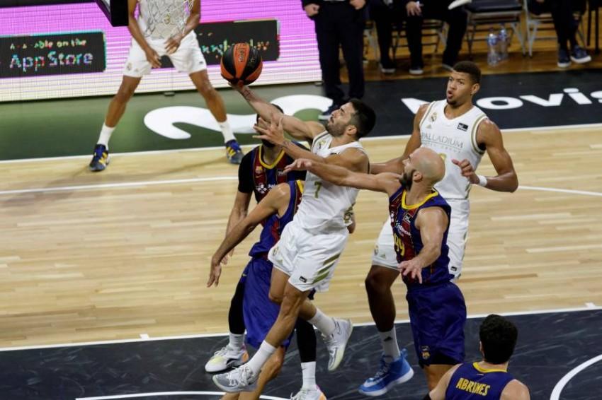 من مباراة سابقة بين ريال مدريد وبرشلونة في كأس السوبر الإسباني لكرة السلة. (إ ب أ)