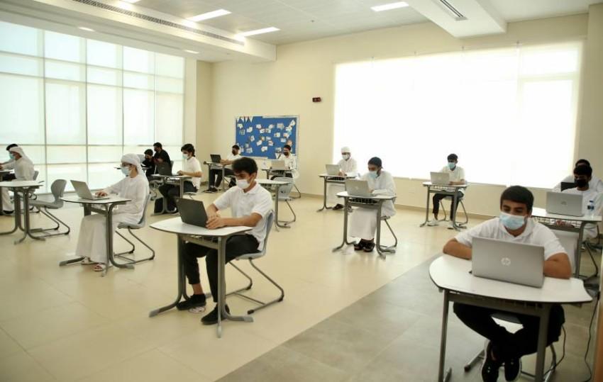 طلبة الثاني عشر يؤدون اختبارات نهاية العام داخل اللجان (من المصدر).