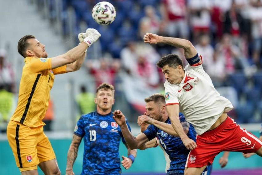 من مباراة بولندا وسلوفاكيا. (أ ب)