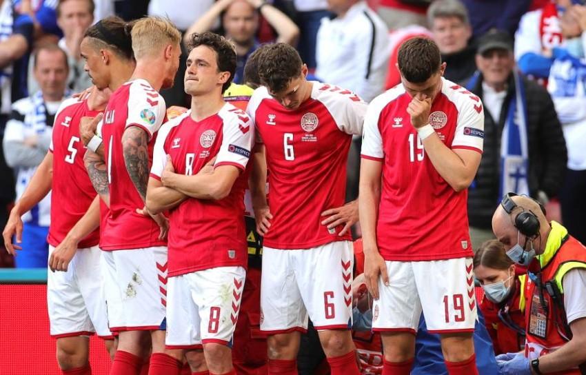 لاعبو الدنمارك في حالة انهيار عقب سقوط إريكسن. (إ ب أ)