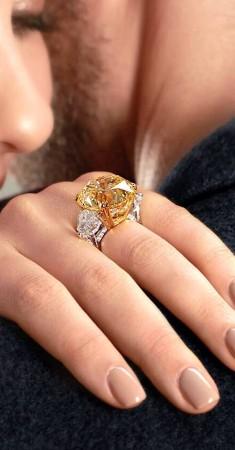 خاتم الخطوبة الأنيق بالحجر الأصفر من دار معوض للمجوهرات