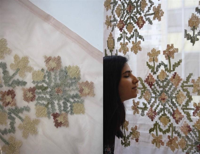 الفنانة الهندية مع أحد أعمالها