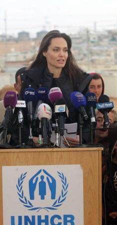 أنجلينا جولي تسلط الضوء دوماً على قضية اللاجئين