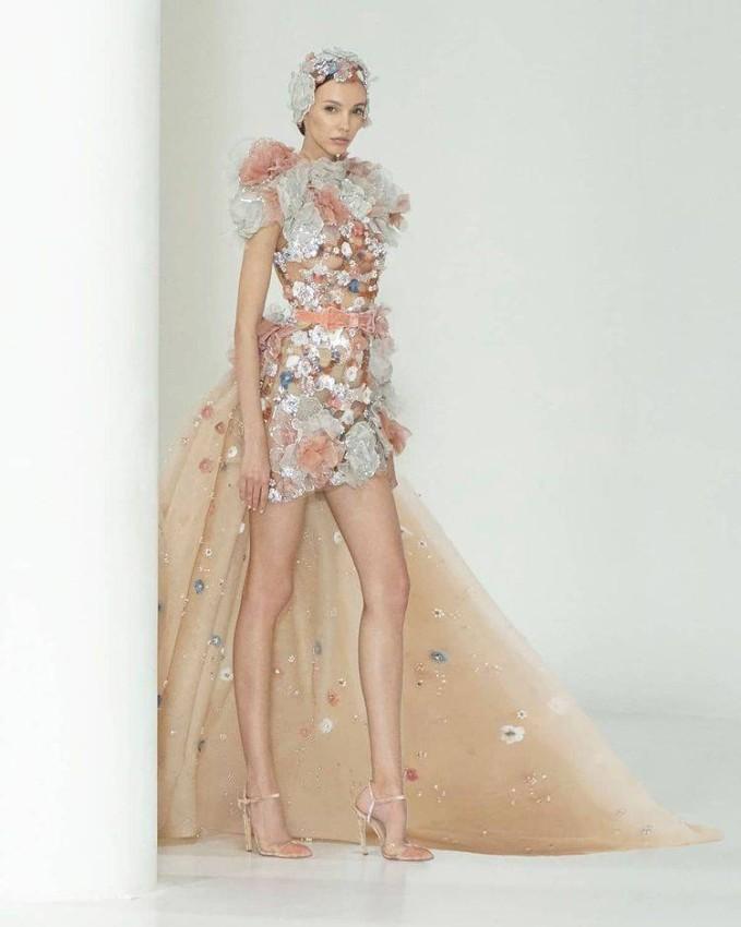 الفساتين من التول المزينة بالورود