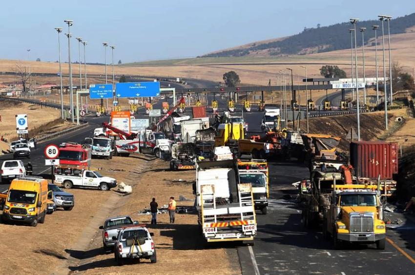 طريق سريع تعطلت عليه حركة المرور بعدما أحرق محتجون من مؤيدي زوما شاحنات. (أ ب)
