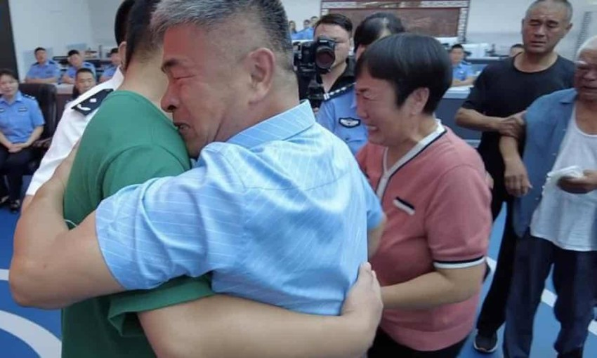 الصيني غو غانغتانغ مع ابنه. (CCTV)