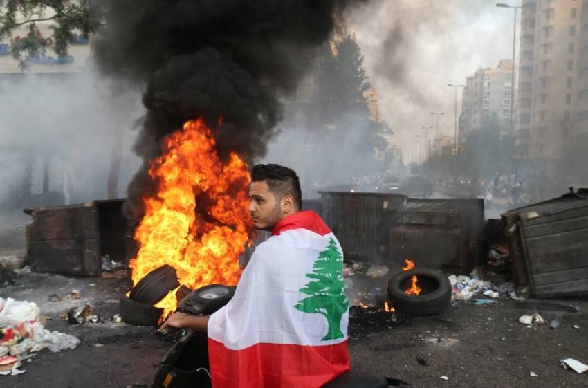 أغلق محتجون من أنصار الحريري بعض الطرق في بيروت.
