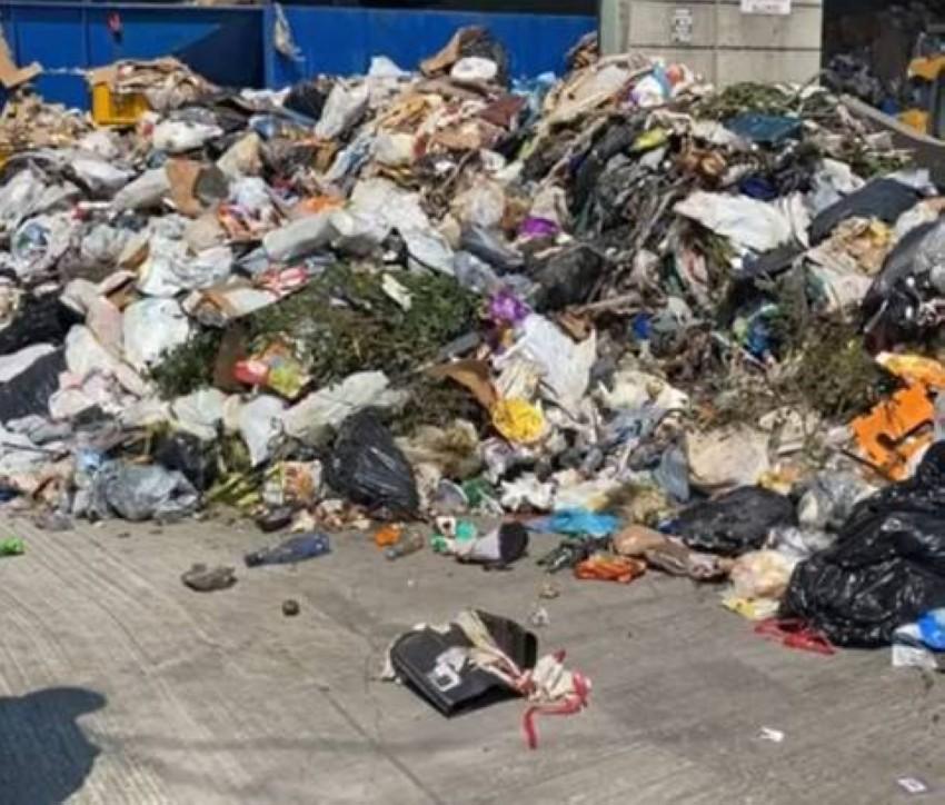 المظروف خرج من أكوام القمامة