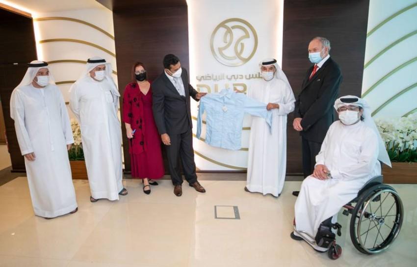 سعيد حارب مع الوفد الكوبي الزائر لمقر مجلس دبي الرياضي. (من المصدر)