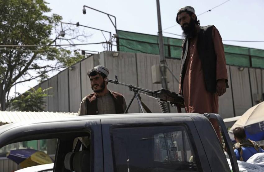 أحد مقاتلي طالبان بعد الاستيلاء على كابول. (أ ب)