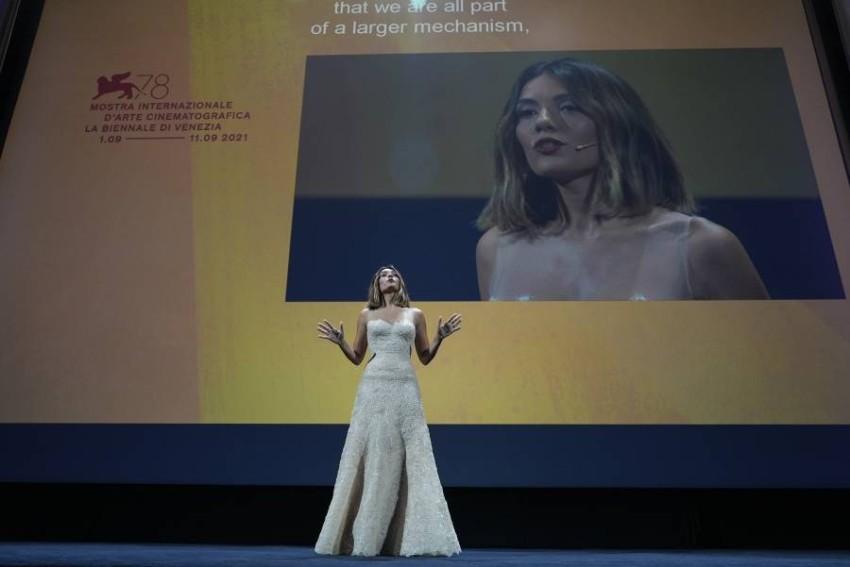 سيرينا روسي تتحدث إلى الجمهور في حفل افتتاح الدورة 78 لمهرجان البندقية السينمائي.
