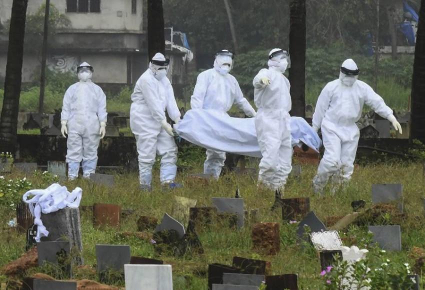 دفن طفل لقي حتفه بفيروس نيباه في الهند. (أ ب)