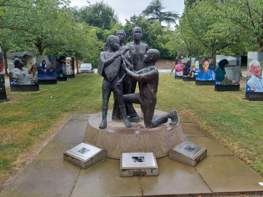 تماثيل وصور كبيرة تلفت انتباه الزوار إلى جهود المنظمة للقضاء على الأمراض والأوبئة المختلفة. (الرؤية)