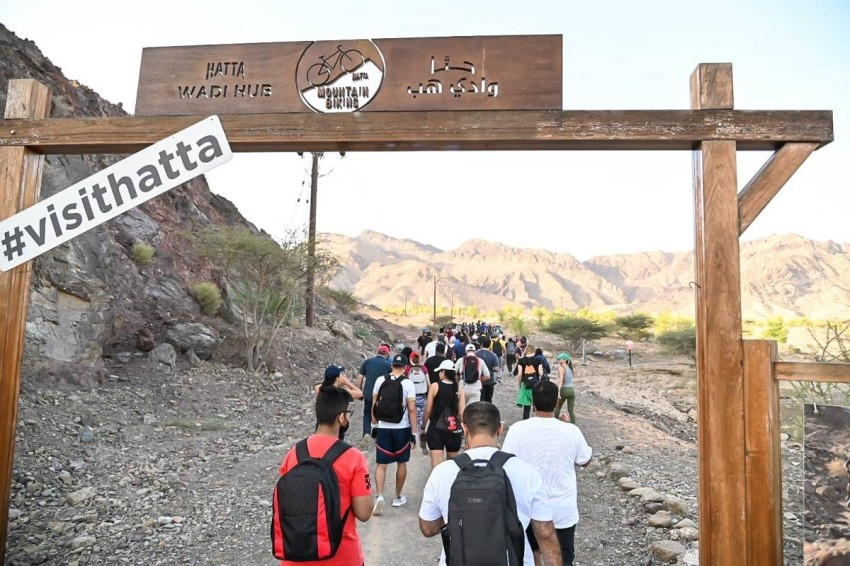 متطوعون يتسلقون جبال حتا في دبي. (من المصدر)