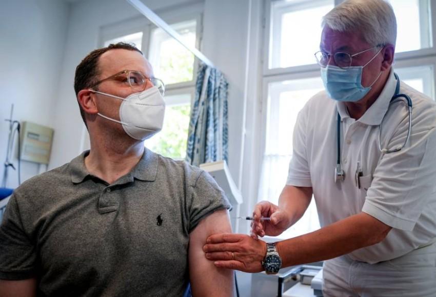 وزير الصحة الألماني يتلقي تطعيما ضد الإنفلوانزا. (رويترز)