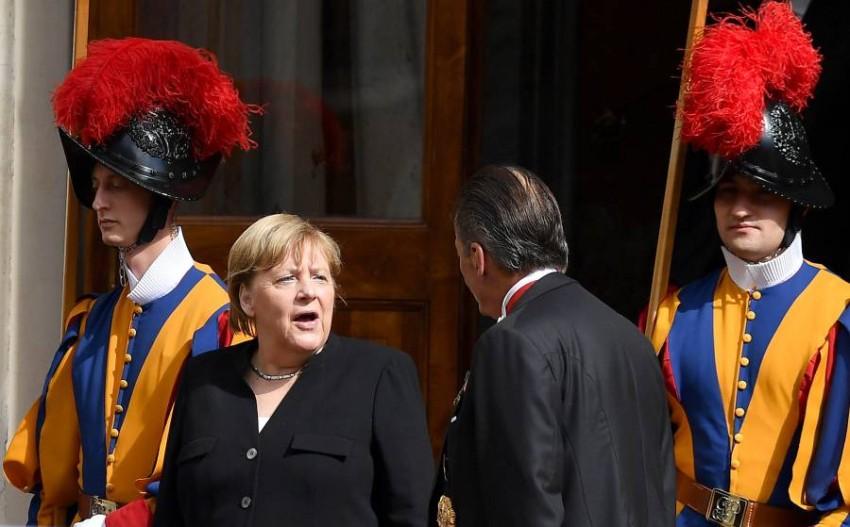 ميركل تغادر بعد لقائها البابا فرنسيس. (إي بي أيه)