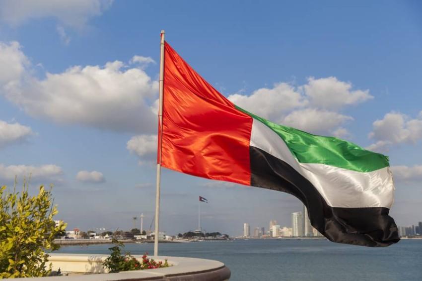 علم دولة الإمارات.