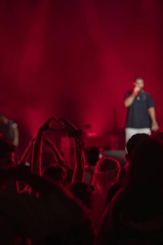الفنان بدر الشعيبي يغني لزوار إكسبو 2020. (تصوير: عيسى البلوشي)