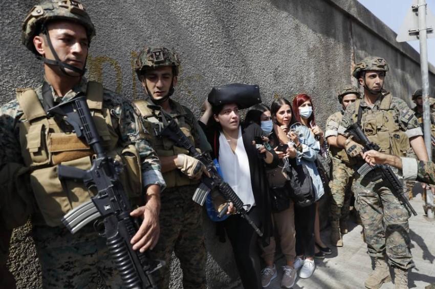 معلمات لبنانيات يحتمين بقوات الجيش. (أ ب)