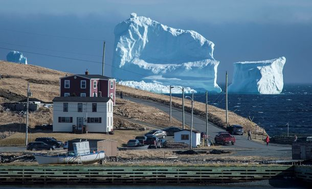 FILE PHOTO: Residents view the first iceberg of the season as it passes the South Shore, also known as «Iceberg Alley», near Ferryland Newfoundland, Canada April 16, 2017. Picture taken April 16, 2017. REUTERS/Greg Locke/File Photo